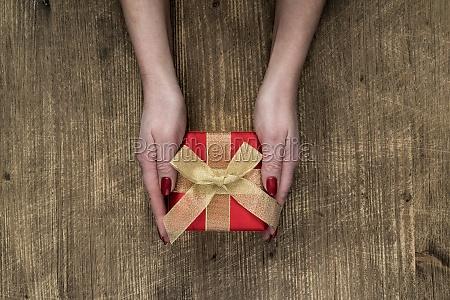 female, hands, holding, gift - 29719073