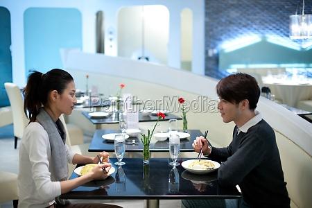 una coppia al ristorante