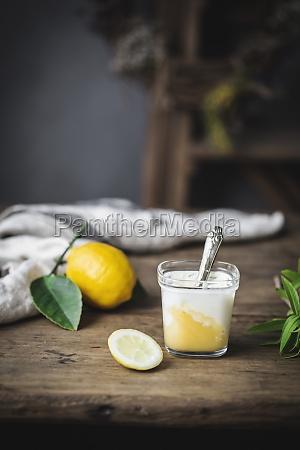 natura morta di vetro con yogurt